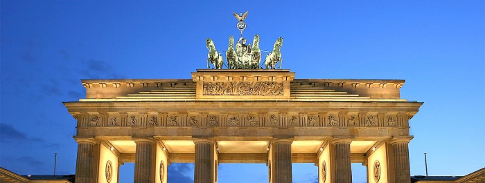1280px-Brandenburger_Tor_abends